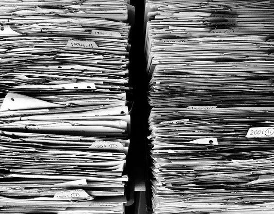 Paperipinot kuvastamassa koronan lisäämää byrokratiaa