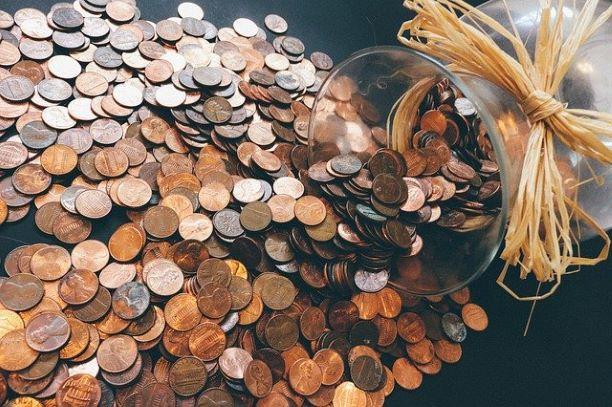 Kolikoita, jotka kuvaavat rahansäästämistä arjessa