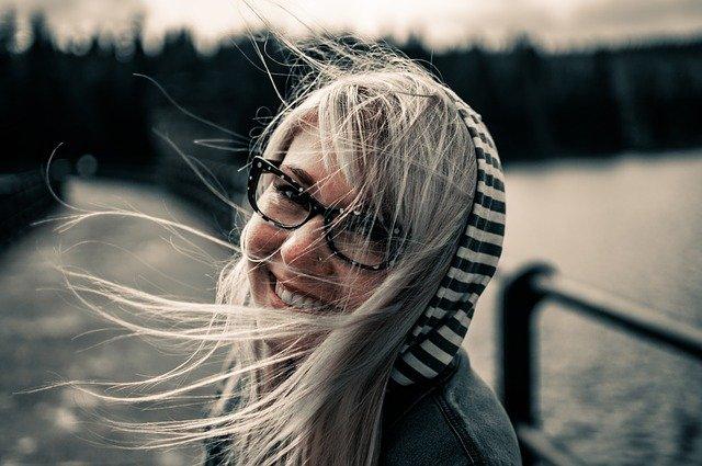 Iloinen nainen, joka on kokeillut, miten pienlainojen yhdistäminen onnistuu